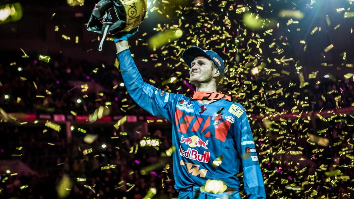 Taddy Blazusiak se despide a lo grande con Alfredo Gómez en el podio