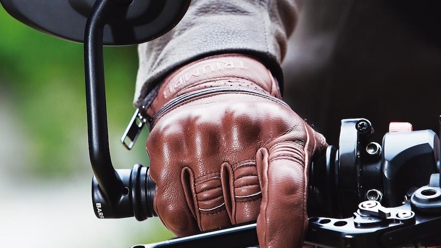 Cuatro razones para llevar siempre guantes en moto
