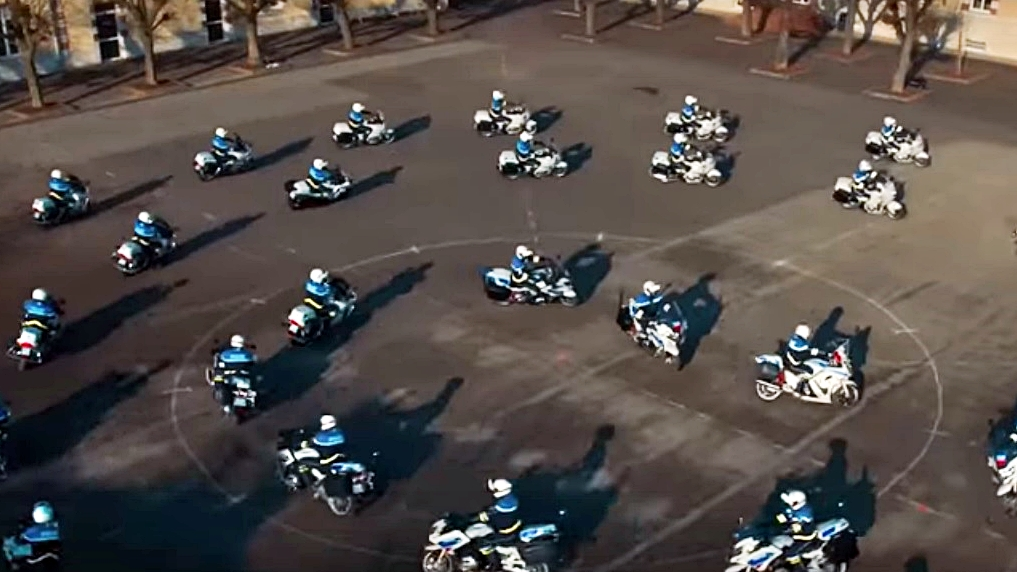 Increíble exhibición de motociclismo sincronizado, por la policía francesa