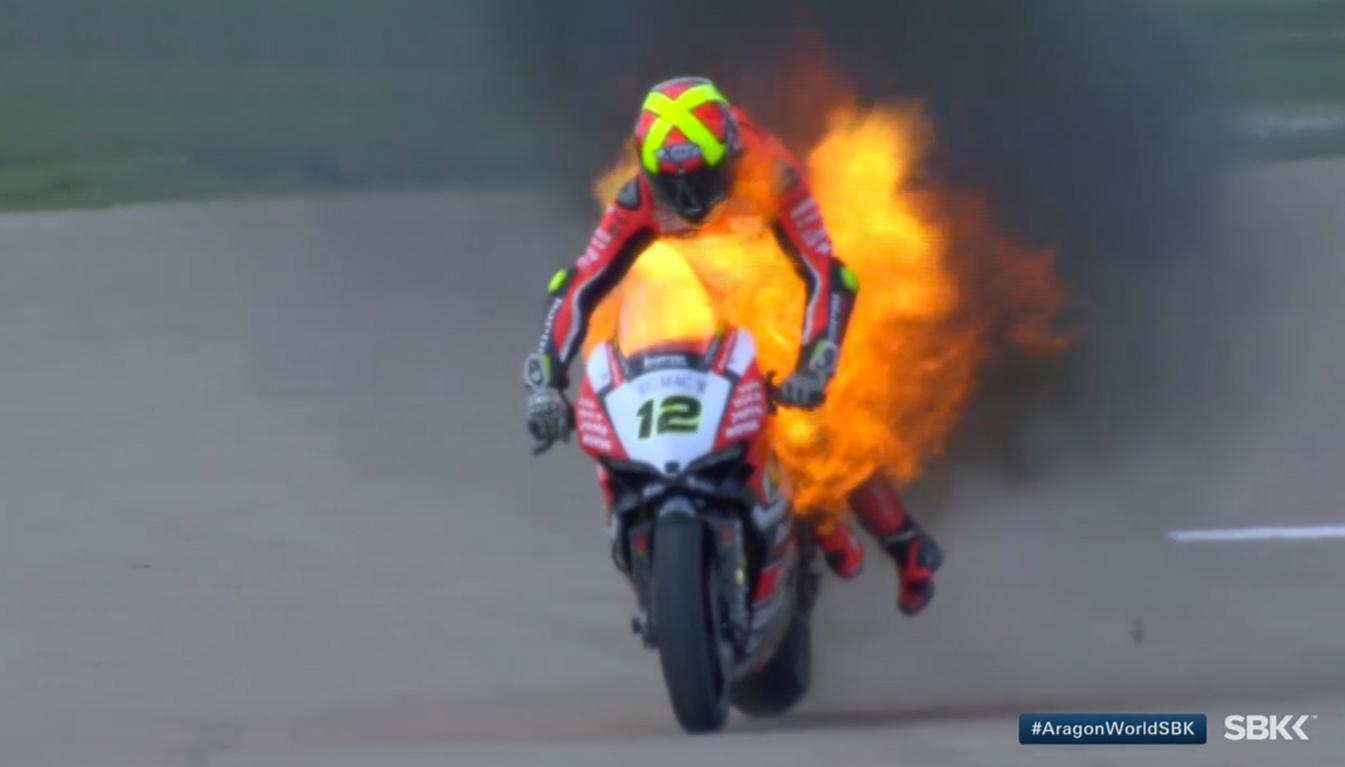 Xavi Forés, con la moto en llamas, da el susto en Motorland Aragón