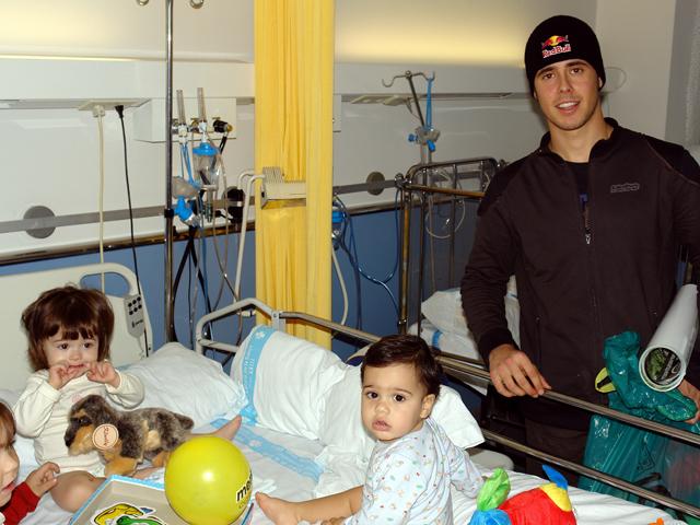 Adam Raga visita a los niños del Hospital Joan XXIII de Tarragona