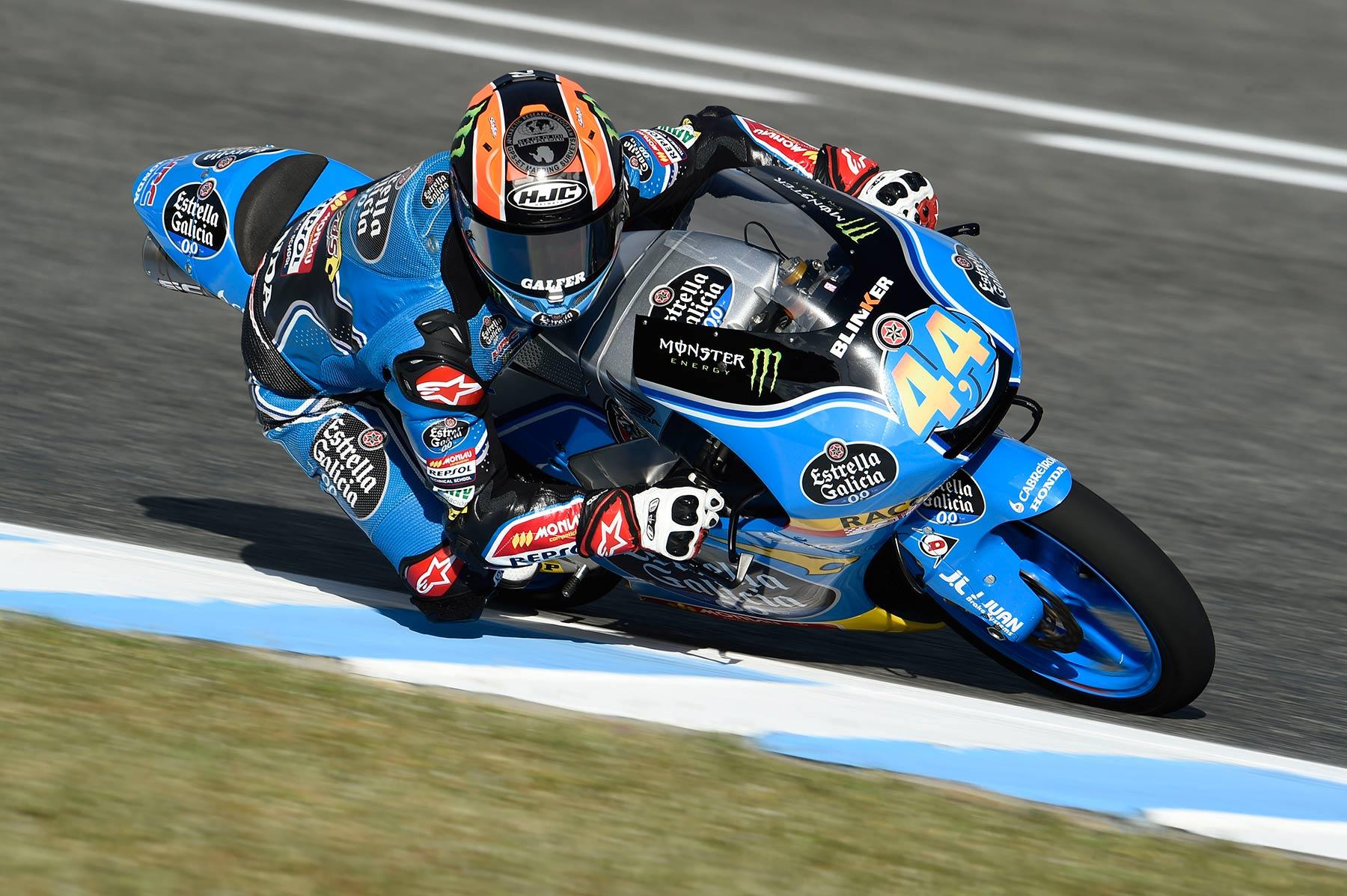 Arón Canet gana un espectáculo de carrera de Moto3 en Jerez