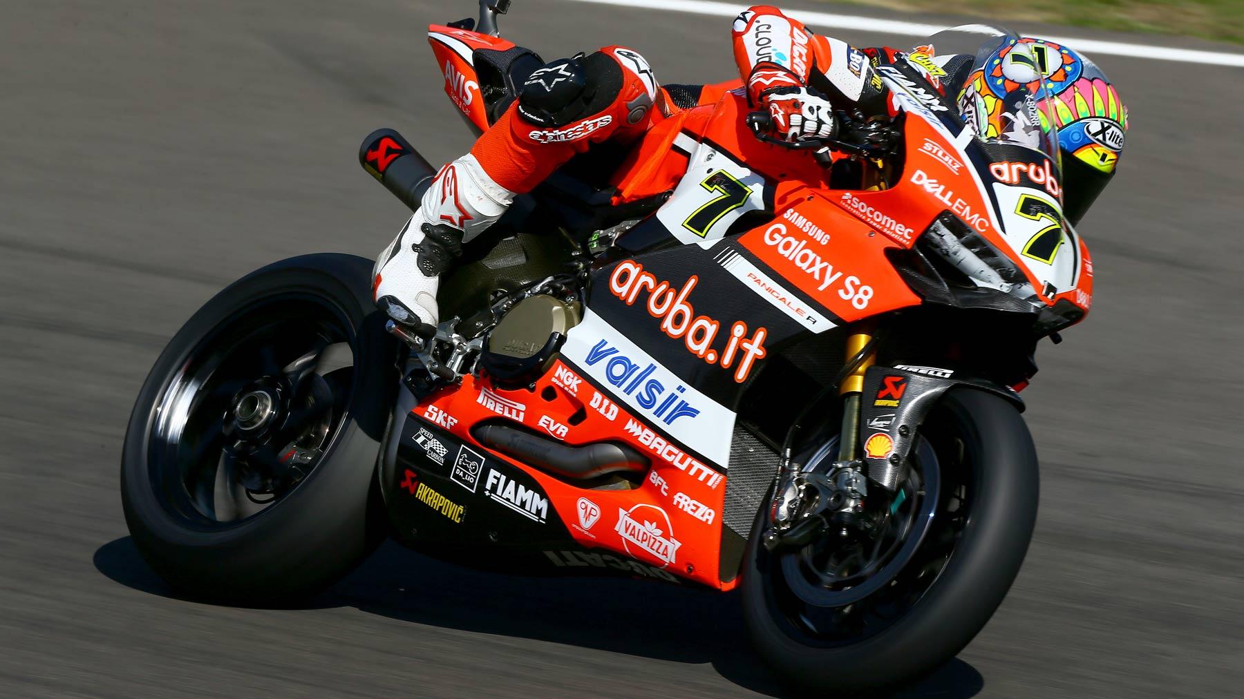 Chaz Davies arrasa en Imola en una carrera acortada por bandera roja