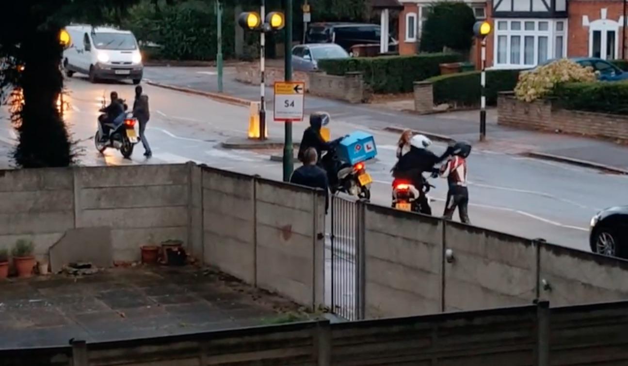 La asaltan a plena luz del día para robarle la moto