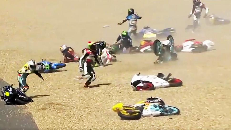 Caos en Moto3 en Le Mans, ¡17 pilotos al suelo a la vez!