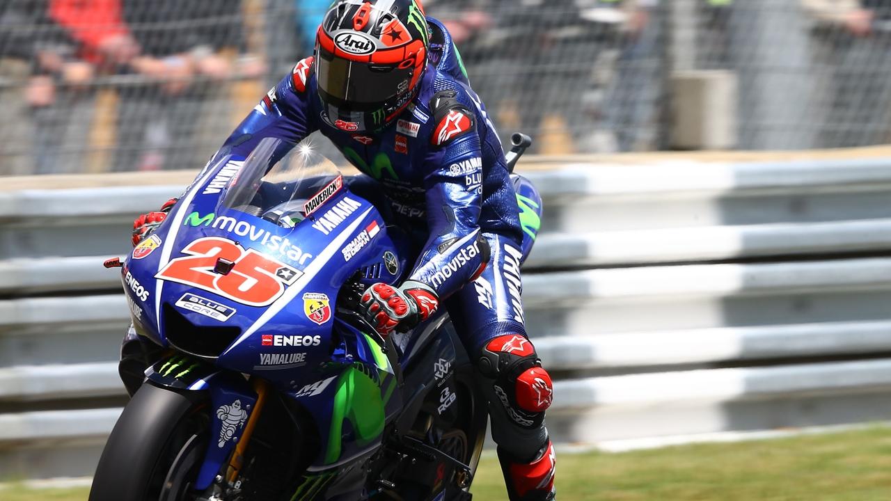 Maverick Viñales aprovecha el regalo de Valentino Rossi para ganar en Le Mans