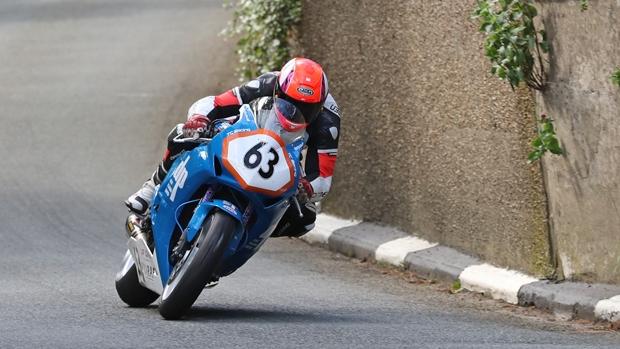Muere el holandés Jochem van den Hoek en la carrera de Superstock de la Isla de Man