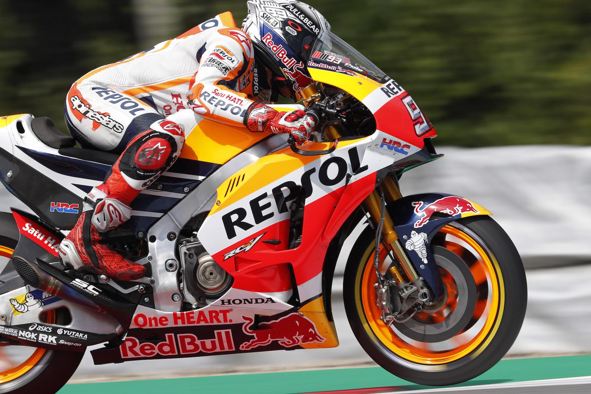 Marc Márquez ejerce de líder y se impone a Valentino Rossi en Brno