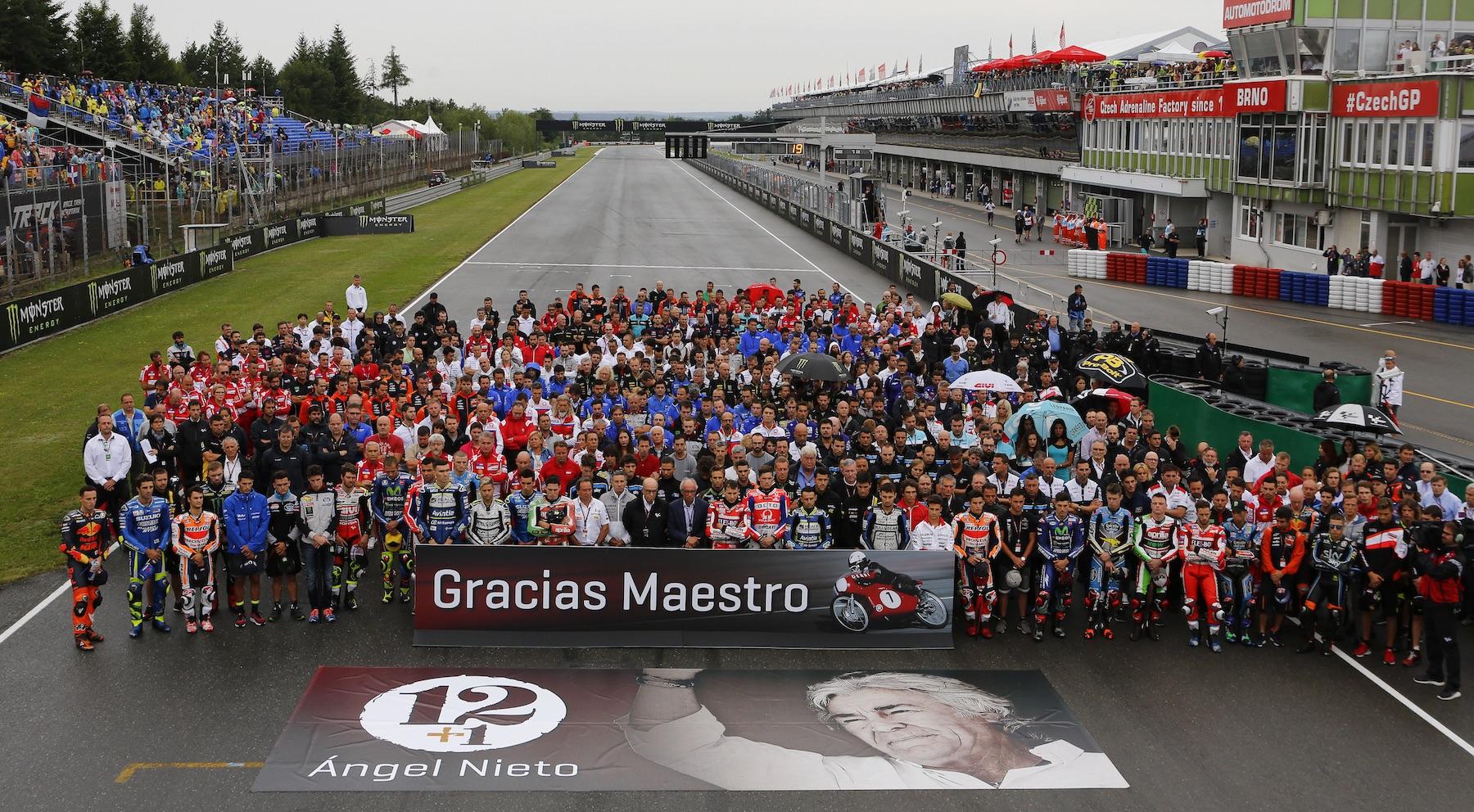 La familia de MotoGP recuerda a Ángel Nieto con un minuto de silencio