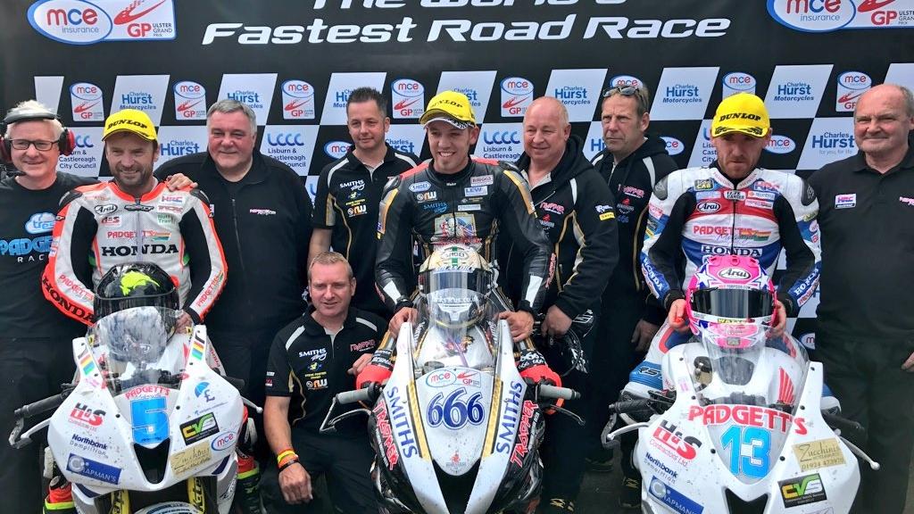 Peter Hickman domina el Ulster GP 2017, con permiso de Bruce Anstey y Dean Harrison