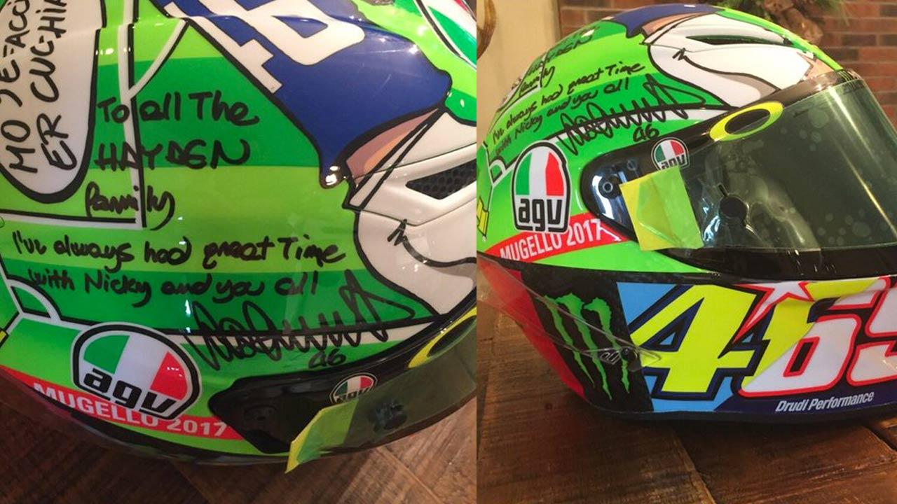 """Valentino Rossi manda su casco """"Nicky Hayden"""" a la familia Hayden con un mensaje"""