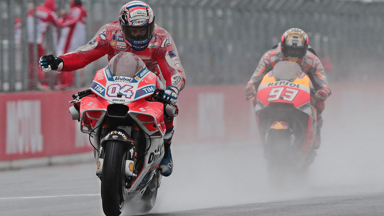 Andrea Dovizioso incendia MotoGP 2017 batiendo a Marc Márquez en una lucha épica
