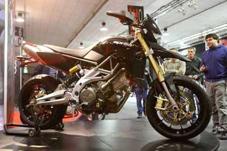 Aprilia 750 Dorsoduro (negro), Moto Morini 1200 Sport y Moto Morini Scrambler