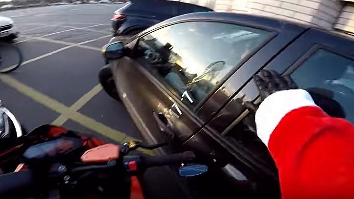 El vídeo del Santa Claus motero que se convierte en héroe de la carretera