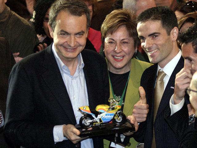 Álvaro Molina entrega una réplica de su moto a Zapatero