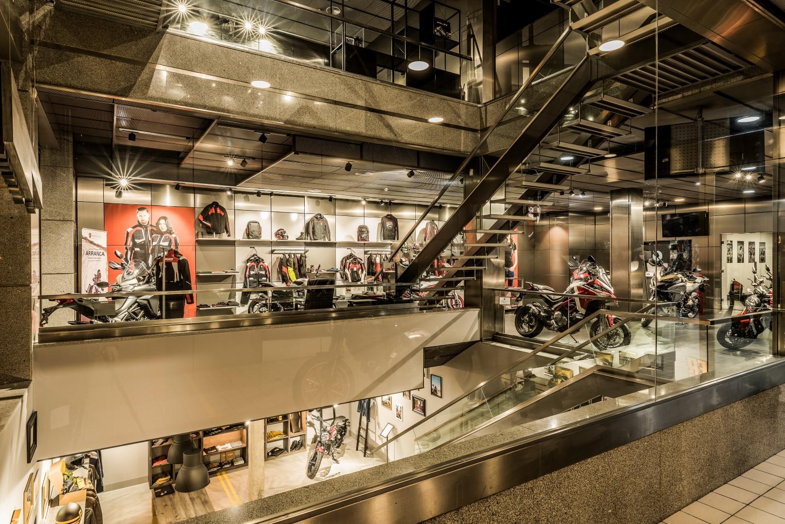 Ducati abre en Madrid el mayor concesionario de España, con la presencia de Jorge Lorenzo y Clauido Domenicali.