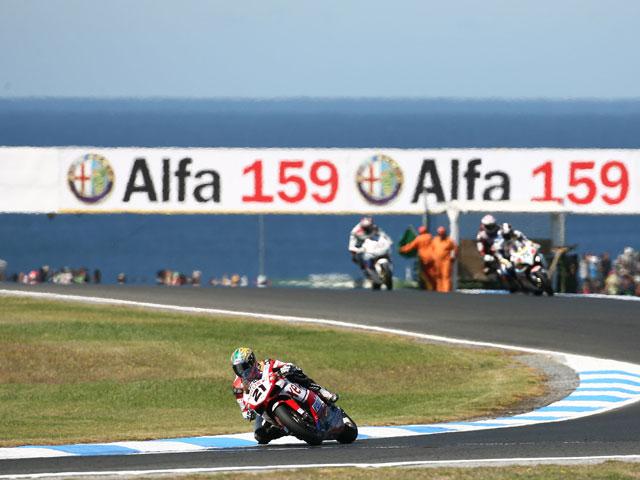 Max Biaggi (Ducati) se fractura la muñeca izquierda