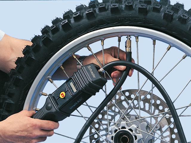 Mantenimiento moto: presión de inflado