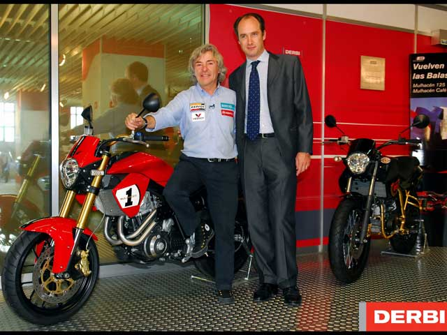 Ángel Nieto visita la fábrica Derbi en el GP de Cataluña