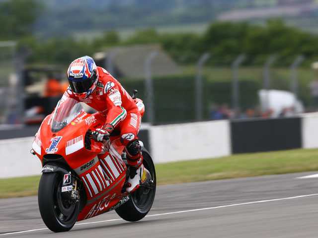 Casey Stoner (Ducati) logra la pole en Donington Park