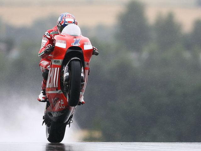 Una caída de Pedrosa (Honda) sirve en bandeja la victoria a Stoner (Ducati)