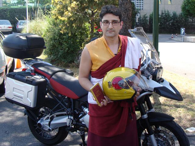 Monjes budistas dan consejos de tráfico