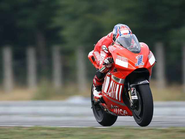 Casey Stoner (Ducati) se pone al frente