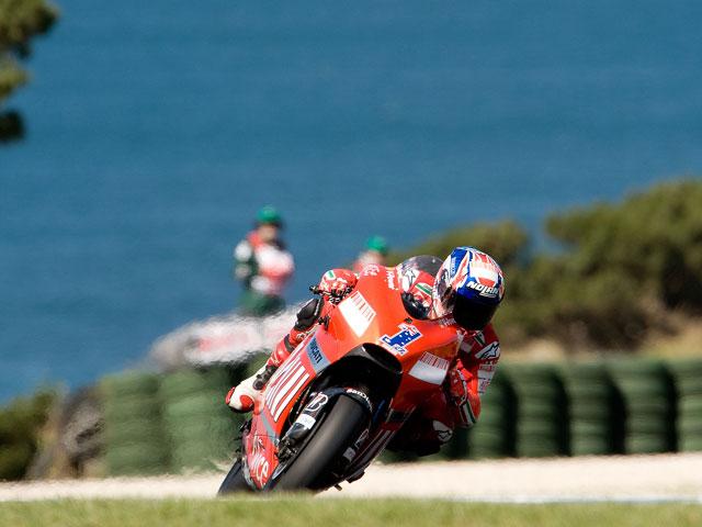 Casey Stoner (Ducati) vence en casa; espectacular Valentino Rossi