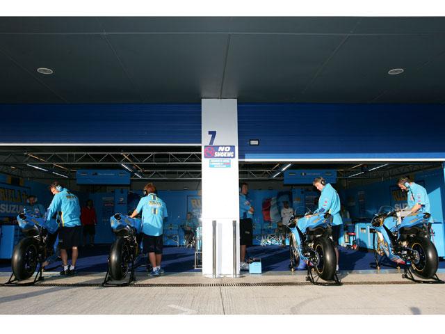 Loris Capirossi y Chris Vermeulen prueban la Suzuki en el túnel de viento