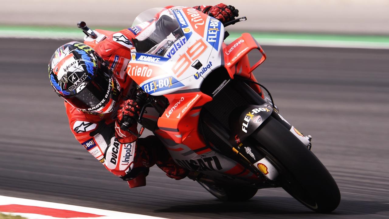 Jorge Lorenzo manda en los libres de MotoGP en el primer día en Catalunya