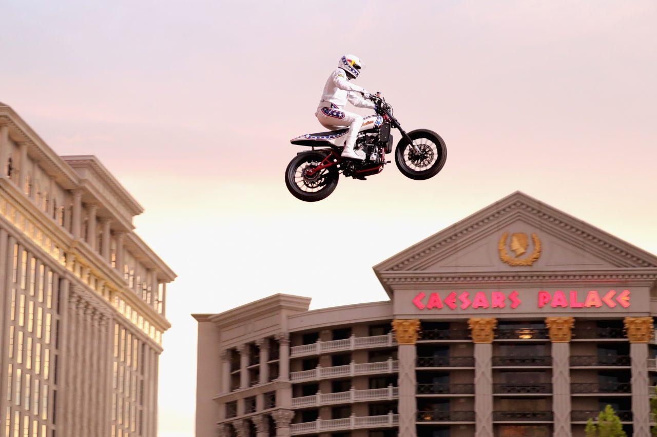 Travis Pastrana emula el salto que casi mata a Evel Knievel
