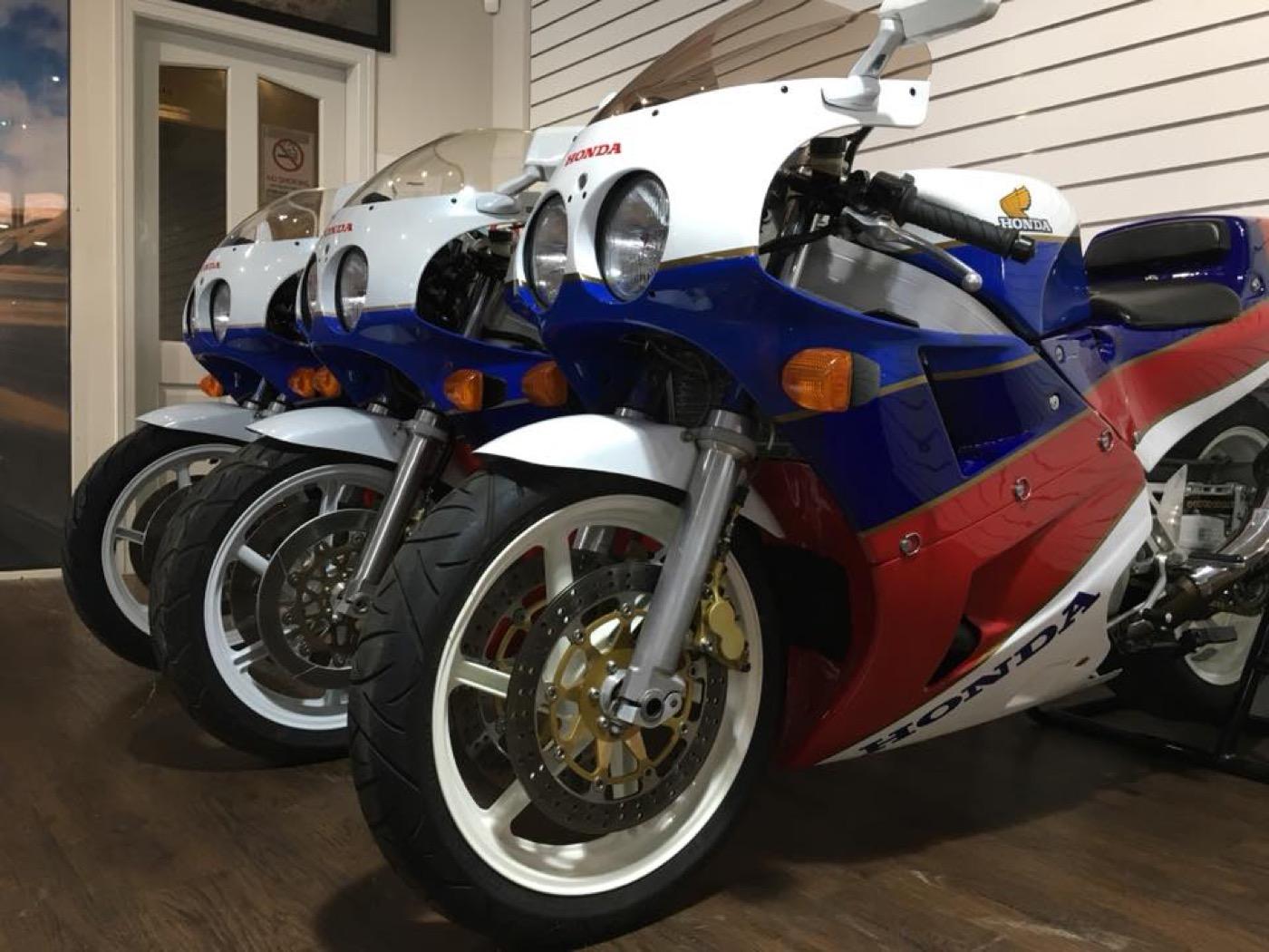 Salen a la venta tres Honda RC30 nuevas