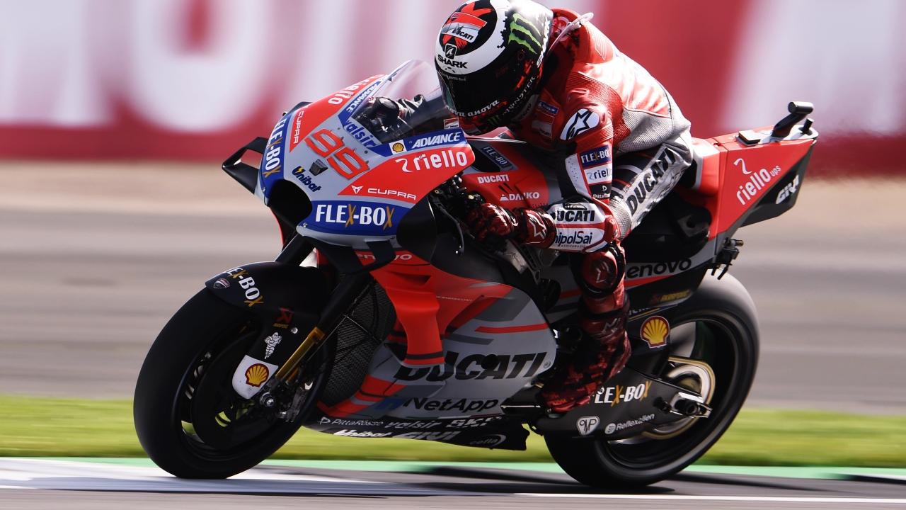 Jorge Lorenzo se lleva la pole de MotoGP en las extrañas condiciones de Silverstone