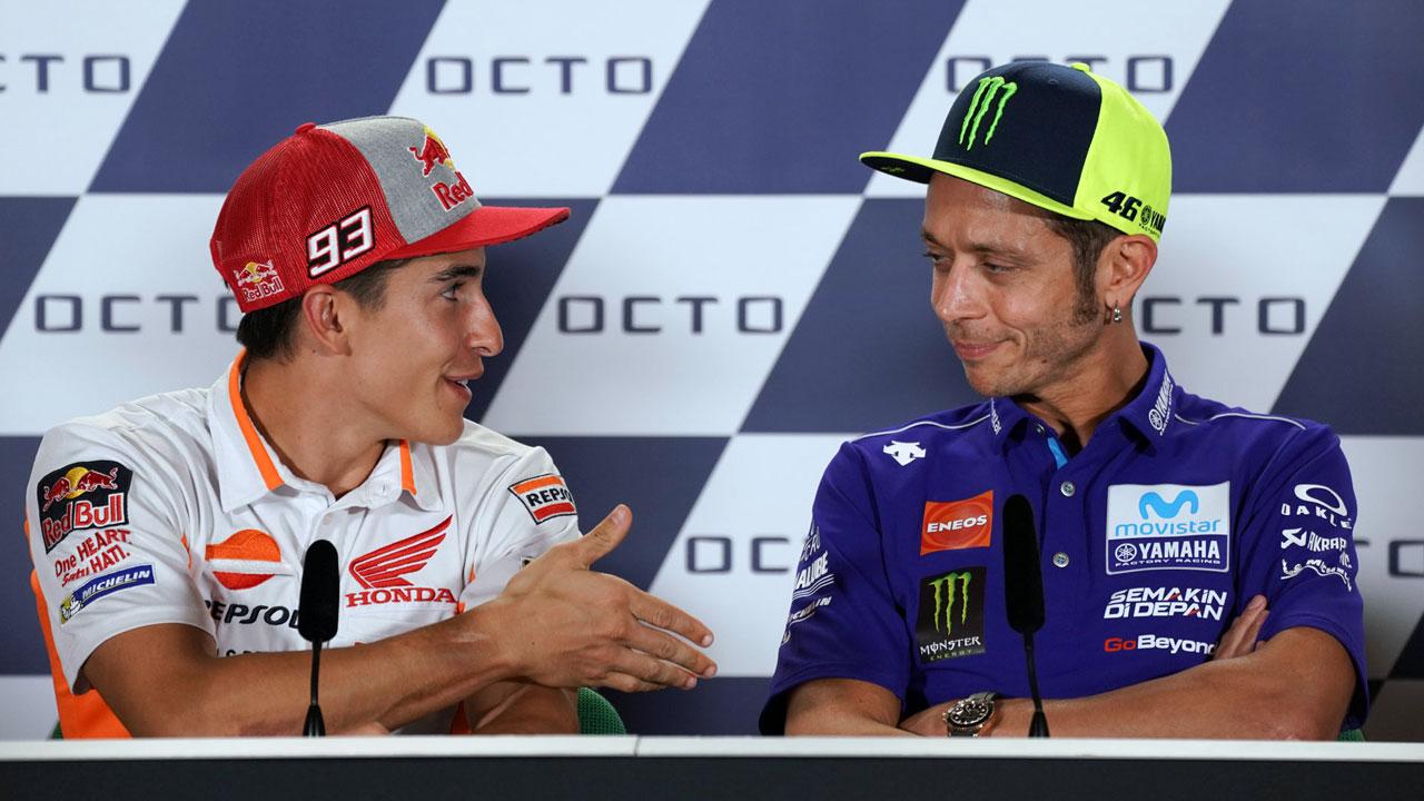 Valentino Rossi le hace la cobra a Marc Márquez en Misano