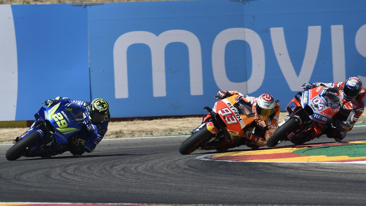 El sándwich a Marc Márquez entre Andrea Dovizioso y Andrea Iannone, fotos y vídeo