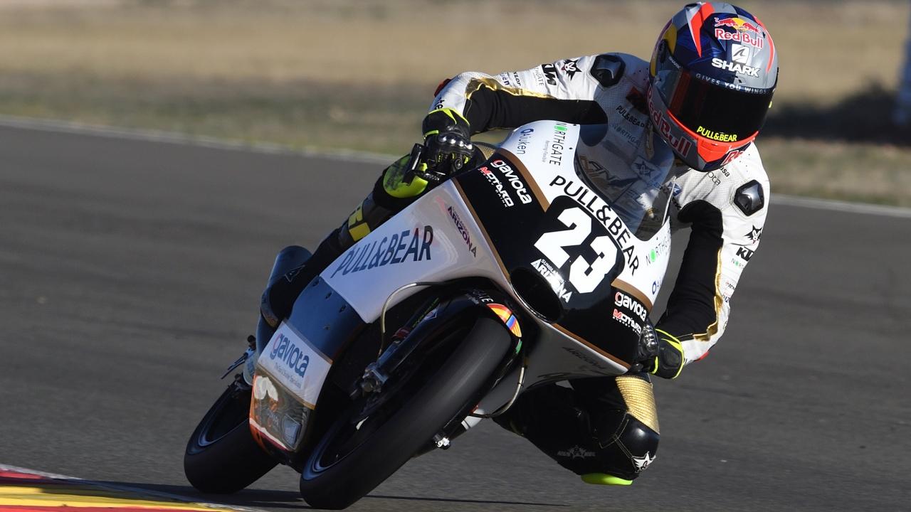 Raúl Fernández arrasa en Albacete y acaricia el título mundial junior de Moto3