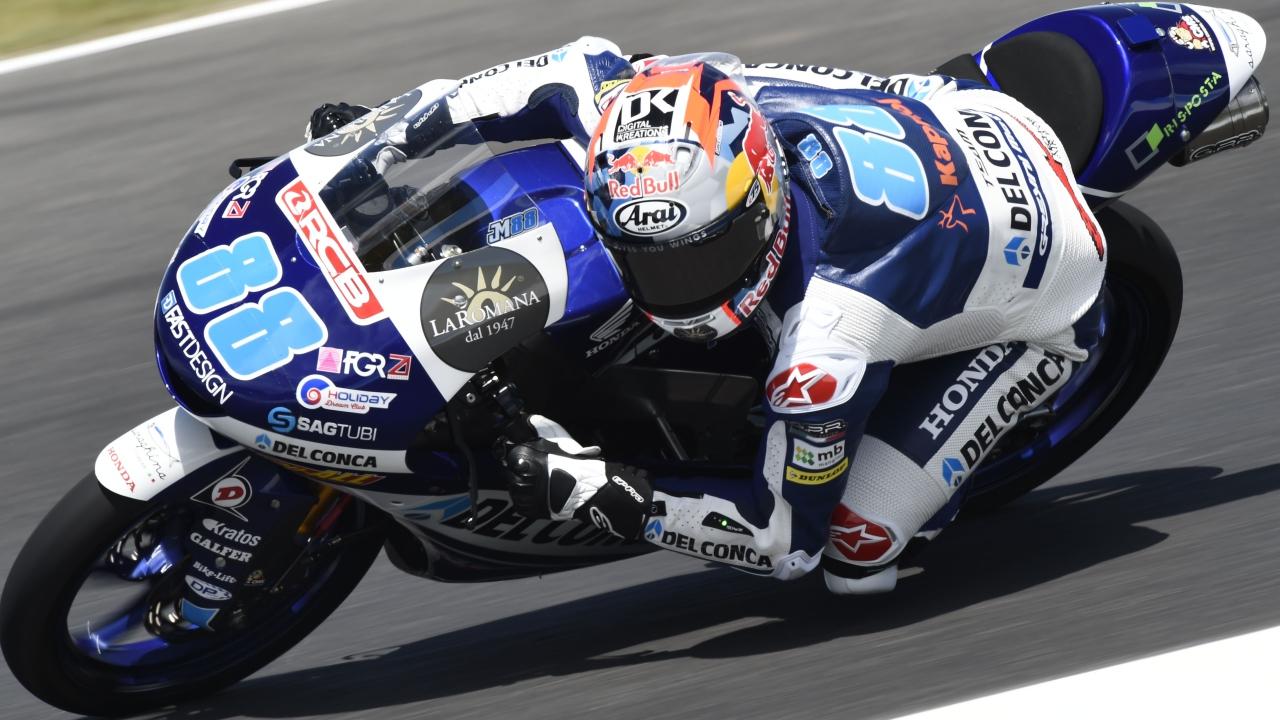 Jorge Martín se lleva una gran pole de Moto3 en Australia y sus dos rivales saldrán muy atrás