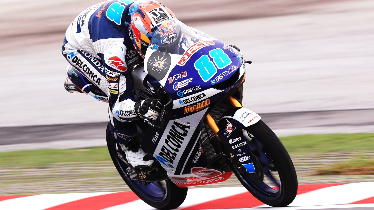 Jorge Martín bate a Marco Bezzecchi por 32 milésimas en la pole de Moto3 en Malasia