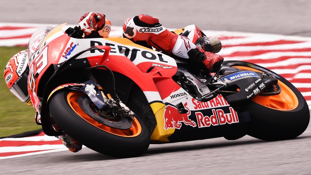 Marc Márquez se impone en MotoGP en Sepang tras la caída de Valentino Rossi
