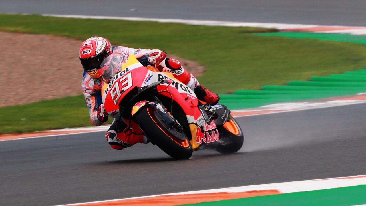 Marc Márquez contiene a las Ducati bajo la lluvia de Valencia en MotoGP
