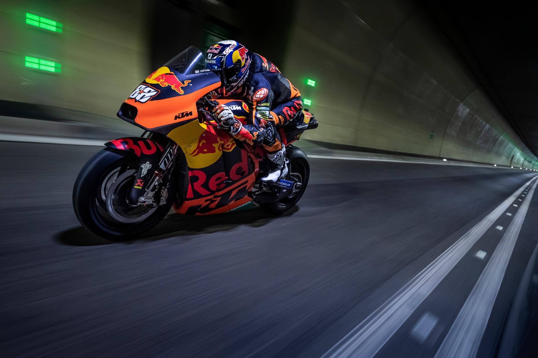 Un túnel cerrado al tráfico y la KTM RC16 de MotoGP, pocas veces se ve y oye algo parecido