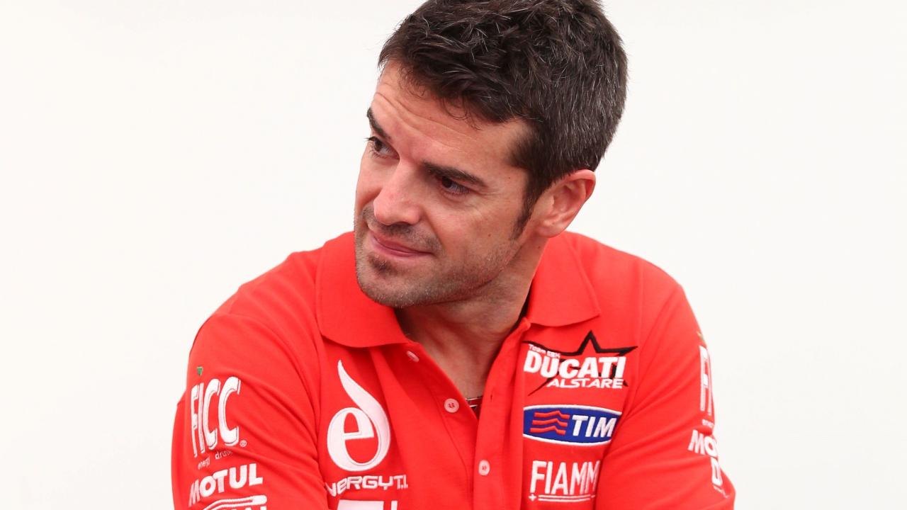 """Carlos Checa sobre la Ducati Panigale V4 R: """"Es como una MotoGP de hace ocho años"""""""