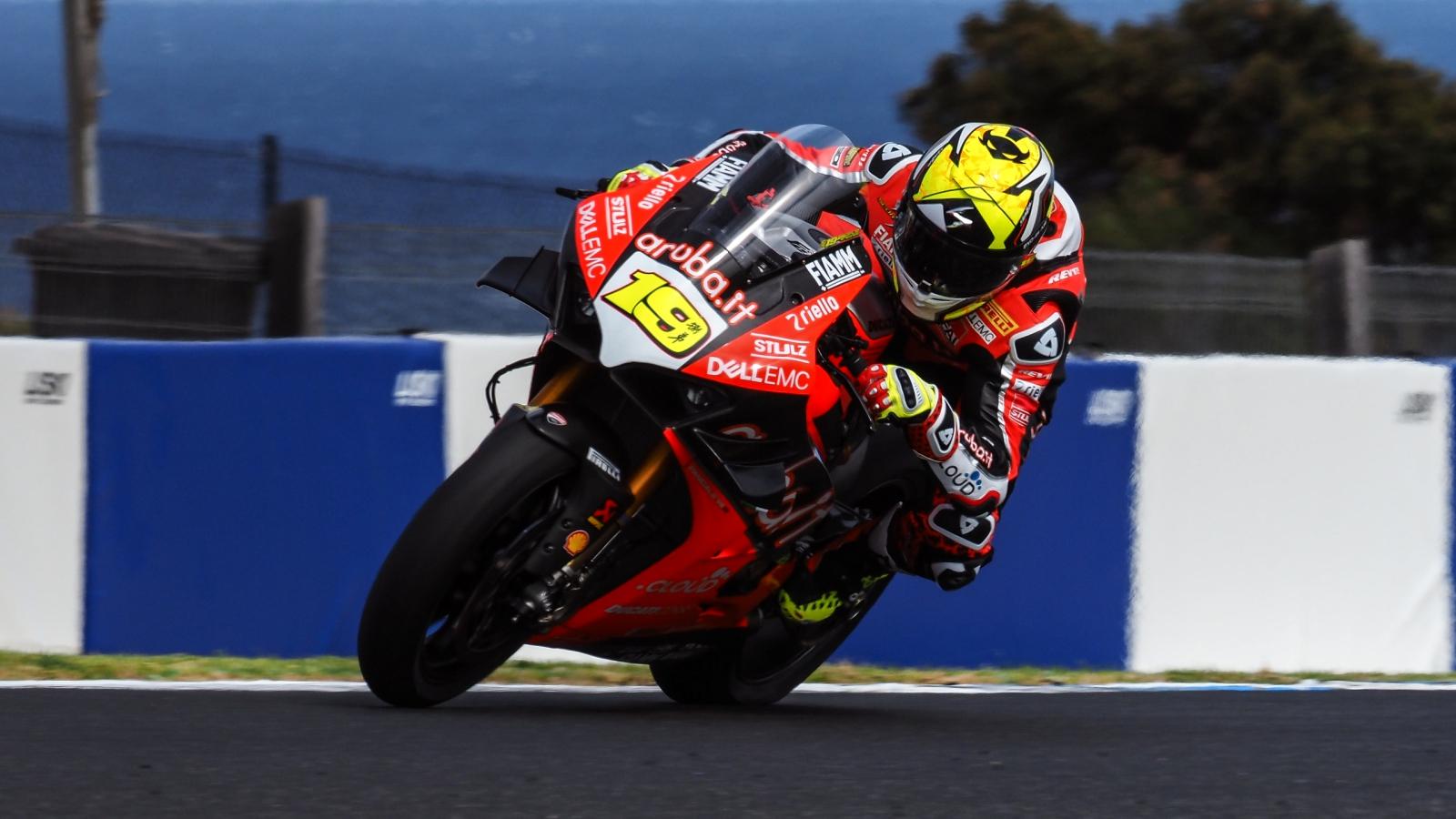 Álvaro Bautista lidera las dos sesiones de test y mejora el récord de SBK en Phillip Island
