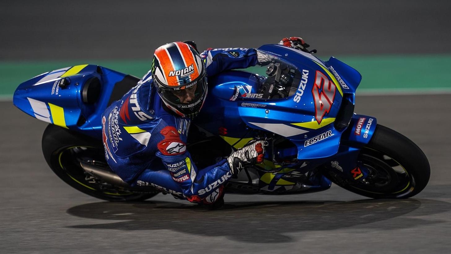 Álex Rins pasa al frente de MotoGP 2019 en Qatar superando a Maverick Viñales