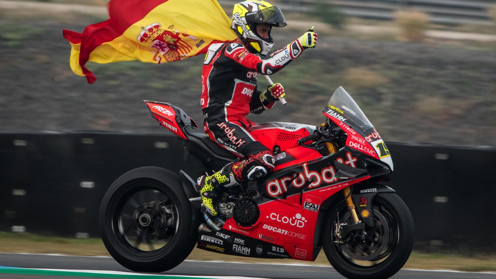 Álvaro Bautista se impone sin problemas en una carrera interrumpida