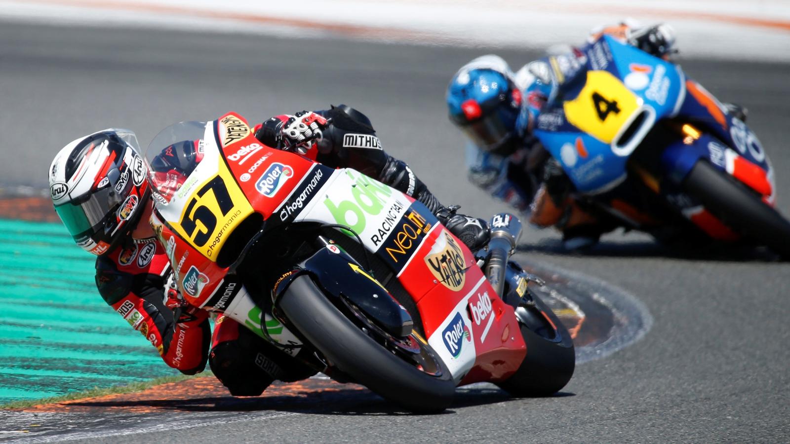 Edgar Pons bate a Héctor Garzó en Valencia y se aúpa al liderato del Europeo de Moto2