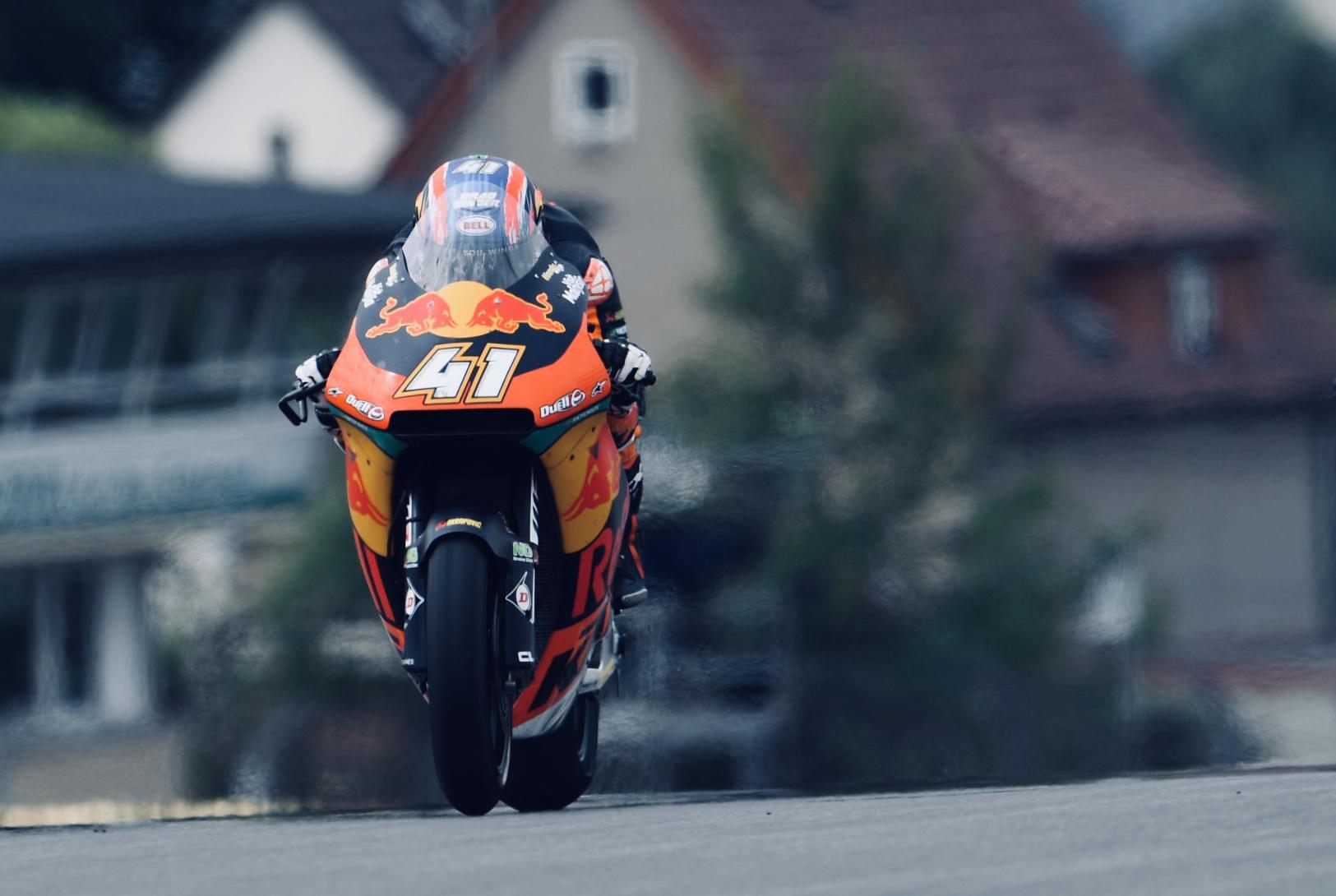 Brad Binder se desmarca en los libres de Moto2