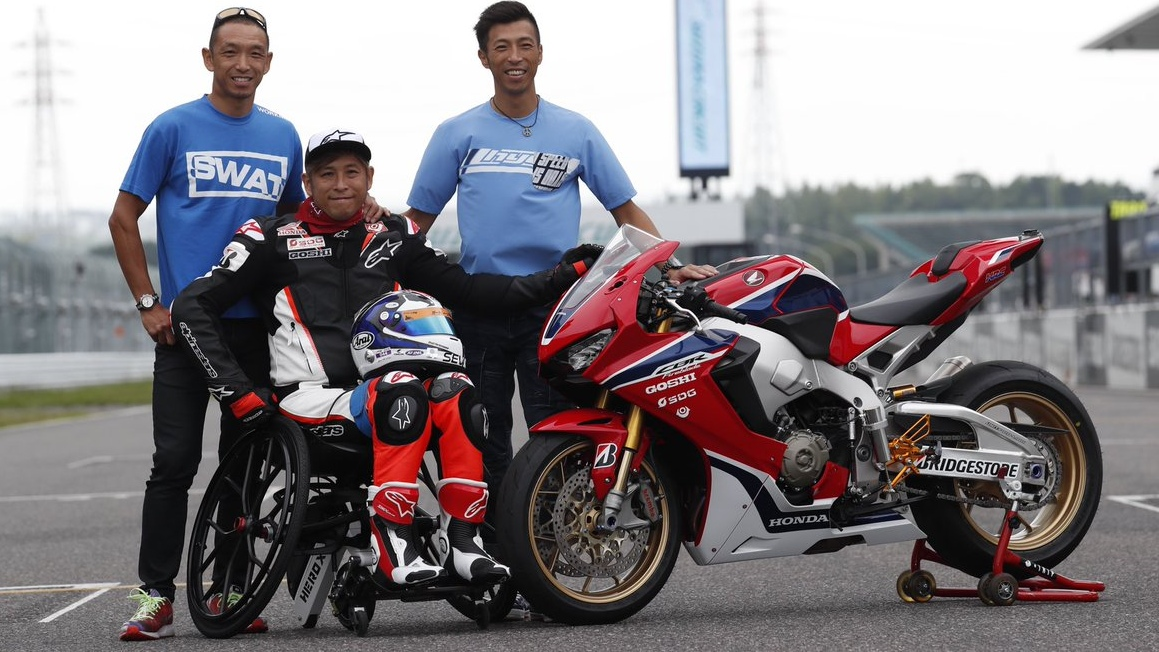 Takuma Aoki vuelve a subirse a una moto 21 años después de su accidente