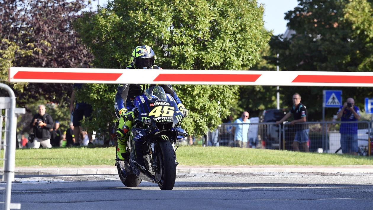 Valentino Rossi lleva el delirio a Tavullia: del Ranch a Misano en su Yamaha YZR-M1