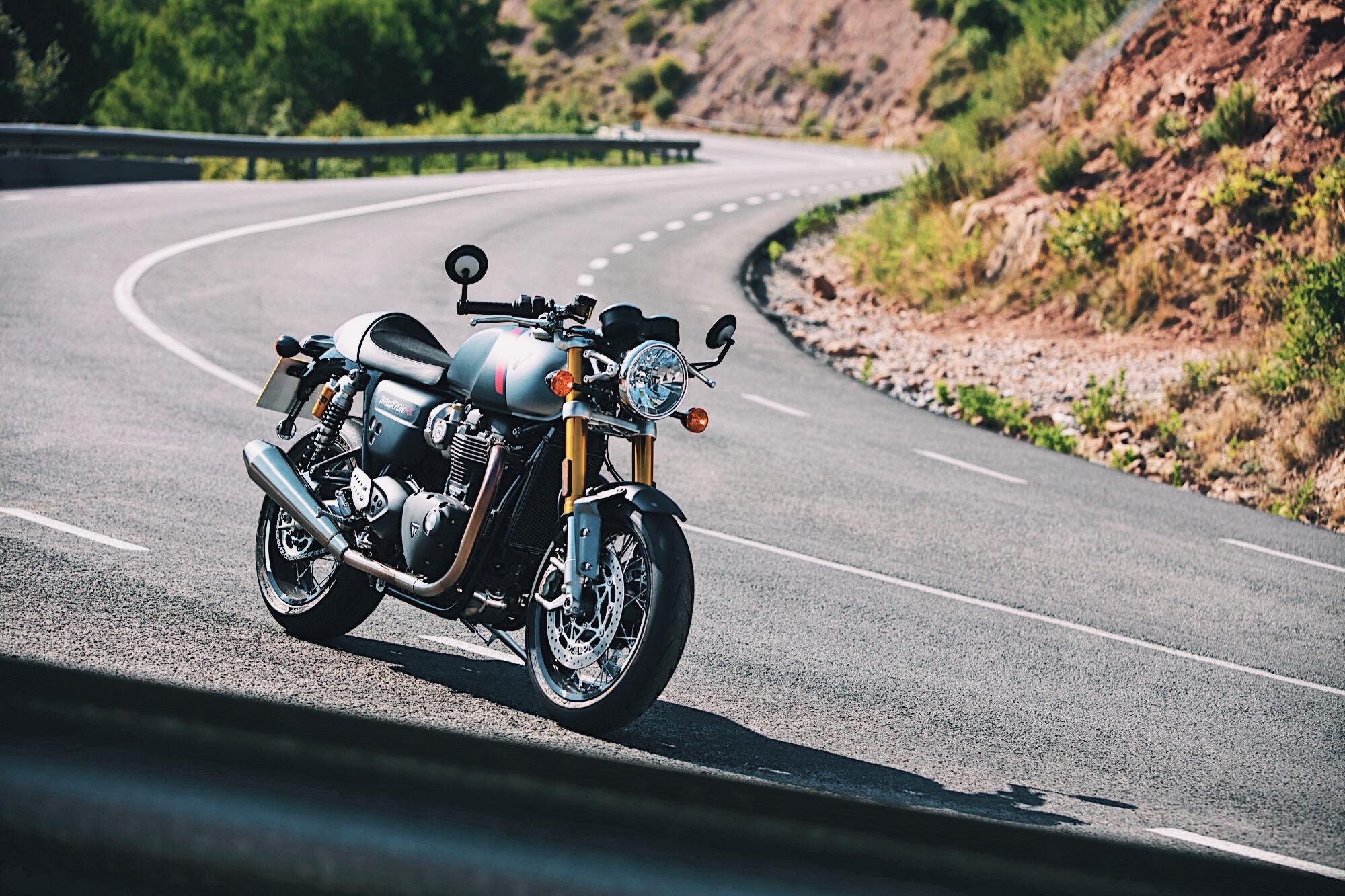 """Triumph Thruxton RS 2020, la """"retro"""" con componentes de Superbike"""